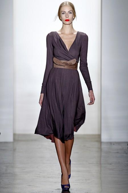 Мягкие драпировки и V-образный вырез — фирменные приемы дизайнеров бренда