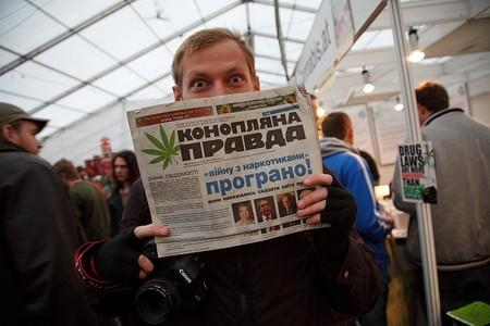 А новости можно почитать в газете, бумага для которой тоже используется конопляная!