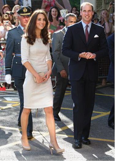 """В прошлом году велись подсчеты — сколько раз герцогиня вышла """"в свет"""" в одним и тех же туфлях?)) Я бы тоже из таких туфелек не вылезала )))"""