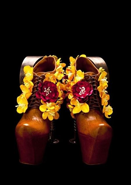 Туфельки богато украшены цветами рапса