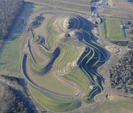 Northumberlandia (Северная богиня) — из 1,5 миллионов тонн земли, высота — 34 м, длина — 400 м, еще не законченный проект