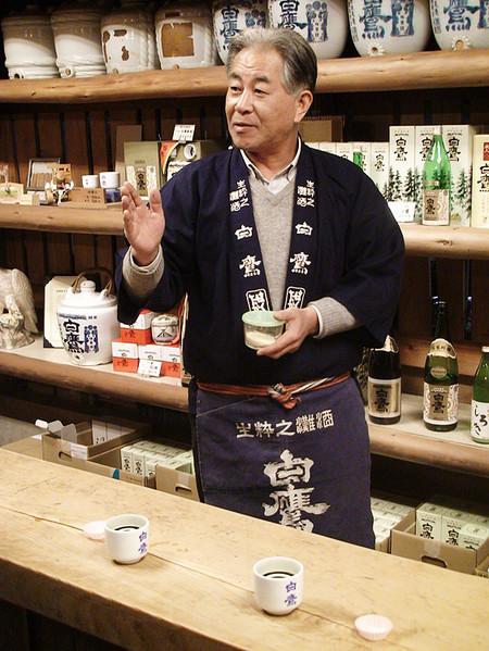 Часто маленький магазинчик оказывается и производителем своего саке. Можно продегустировать, побеседовать о традициях, купить домой напиток и аксессуары