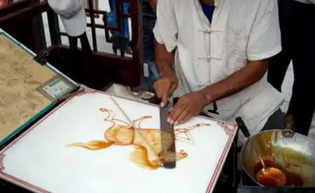 Рисунок делается на мраморной плите и легко снимается