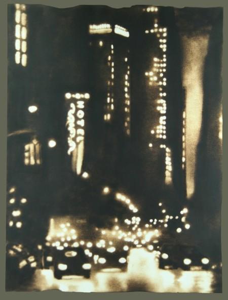 """На заднем плане — """"светящаяся"""" вывеска отеля. Потрясающе естественно, как на черно-белом фото"""