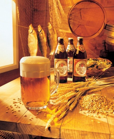 Это из классики — пиво с пеной, рыбка, зернышки, деревянный стол, деревенская (или дачная) романтика !