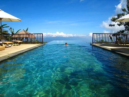 Где заканчивается бассейн и начинается океан? В этом вся фишка — границы как-будто нет (бассейн в одном из отелей на острове Бали)
