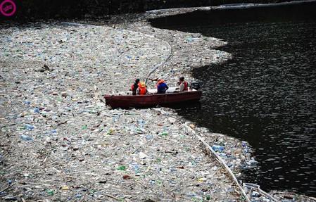 Болгария — собранные дамбой пластиковые и прочие отходы