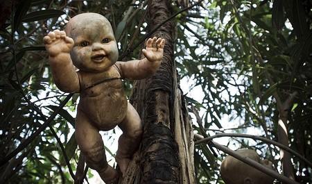 Безобидные, когда то милые и красивые куклы сейчас вызывают дрожь. Особенно в сумерках ...