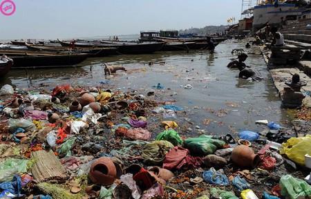 Это тоже Индия. А европейские реки разве намного чище?