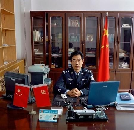 Qu Shao Feng – глава управления по безопасности иностранцев и въезду-выезду граждан, город Джининг, провинция Шаньдун, Китай. Зарплата — 3,100 юаней (US$ 384, 286 евро).