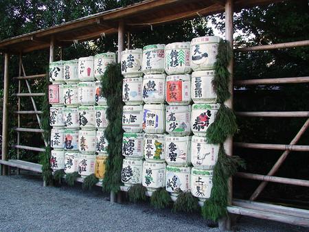 Веточки той же криптомерии висят возле бочек с разлитым саке. Ветки зеленые — значит, саке еще зреет. Пожелтеет хвоя — можно дегустировать