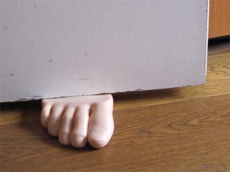 Судя по размеру ноги, за дверью кто-то немаленький)