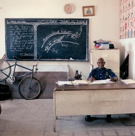 Майор Adolph Dalaney работает в главном управлении дорожной полиции в столице Либерии Монровии. Зарабатывает очень скромно — $18, или €17. Но тут такая оговорка – жертвы ДТП готовы платить намного больше за хороший протокол, который попадет на глаза судье.