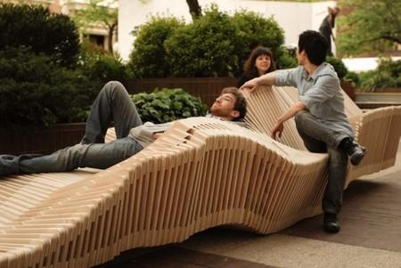Форма скамейки может меняться кардинально, способов отдохнуть на ней много