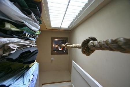 … по которой можно спуститься вниз, в гардероб.