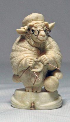 … овца, которая была хозяйкой магазина и беспрерывно вязала целой кучей спиц
