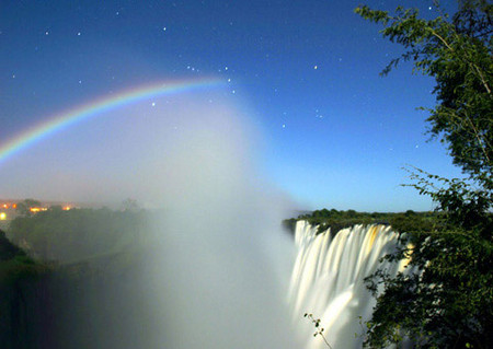Лунная радуга у водопада Виктория со стороны Замбии