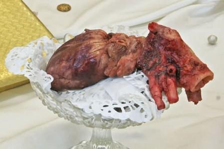 Сердце на тарелочке, на кружевной салфеточке