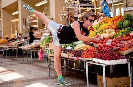 Танцующий покупатель на Сытном рынке