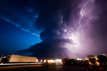 Торнадо, смерч, молнии, грозовые тучи – это красиво! Фотографии Майка Холлингшеда (Mike Hollingshead) — фото 30