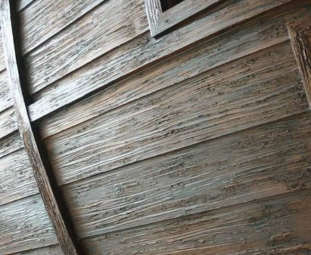 Фрагмент внешней обшивки корабля. Обшивные доски сделаны из ребер размером 2*12 дюймов и покрыты пол-дюймовой фанерой, искусственно состаренной, «изъеденной солеными ветрами и морскими волнами».