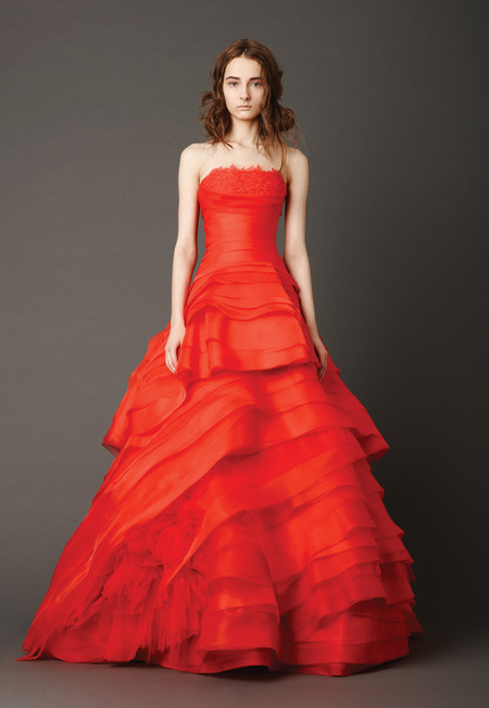 Девушки в красном – невесты в свадебных платьях. Коллекция Vera Wang весна 2013 — фото 16