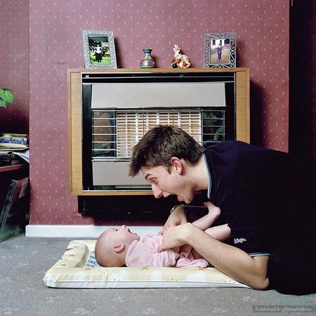 """Папа Райан (17 лет) с дочкой Кейтлин (3 месяца). """"Молодым отцам нужно больше поддержки. Меня игнорировали на курсах для будущих пап и мам и заставляли чувствовать себя родителем второго сорта. Даже магазин называется Mothercare («Материнская забота»). А где же Fathercare?"""""""