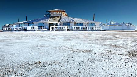 Уюни в Боливии – соляное озеро, соленый отель, фламинго и паровозы — фото 3