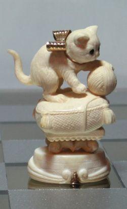 Белые пешки: белый непослушный котенок, который в сказке играл с клубком ниток