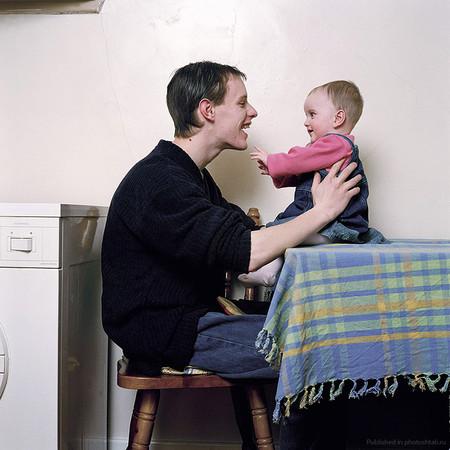 """Папа Кирен (19 лет) с дочкой Хлоэ (7 месяцев). """"Когда Хлоэ улыбается или смеется, это настоящая взаимная любовь, и я знаю, что это я помог появиться этому существу на свет. Теперь у меня есть Хлоэ и ее мать. Я не мог бы желать большего""""."""