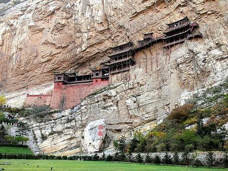 Поверхность горы служит одной из стен — в ней есть выдолбленные ниши для статуй