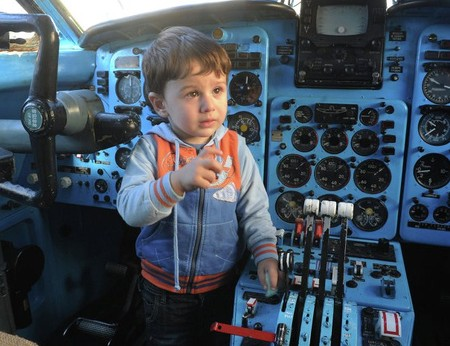 Отличная игрушка для мальчика — приборная панель настоящего самолета )))