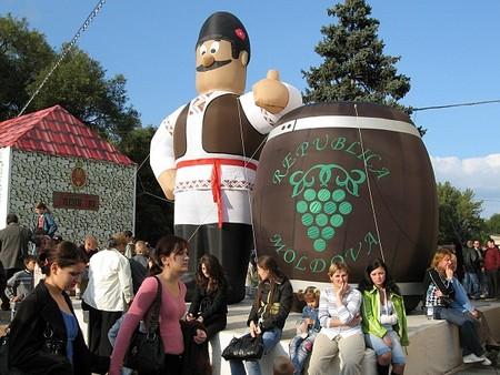 Молдаване очень гостеприимны, а вино вкуснющее — в общем, поехать стоит однозначно!))