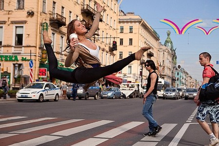 Гимнастка Даша Котельникова на Невском проспекте