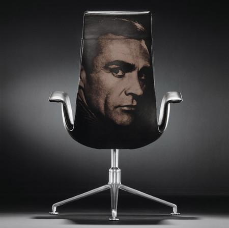На спинке кожаного кресла — это очень круто!