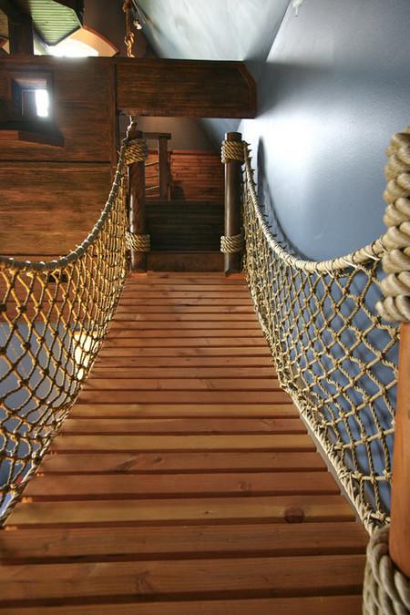 Веревочный мост легко выдержит взрослого человека.