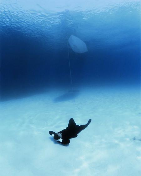 Водолазы давали Филиппу вдохнуть, тихонько отплывали, стараясь не оставить пузырьков воздуха и не поднять со дна песок