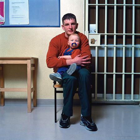 """Папа Эдрю (17 лет) с дочкой Хлоэ (11 месяцев). """"Когда меня посадили, было очень тяжело. Я потерял девушку, с которой был помолвлен, а моя дочь потеряла отца. Если у тебя забирают семью, когда ты так молод, это и есть наказание, худшее из наказаний""""."""