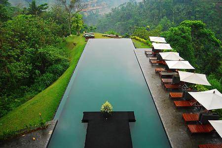 Снова Бали — этот остров богат дорогими роскошными отелями. Только в таких есть инфинити