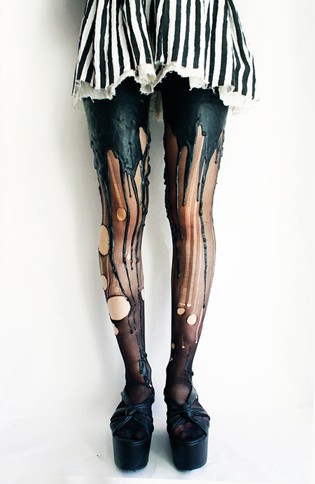 Стройные женские ножки в черных колготках — эта фраза может отзначать что угодно ))