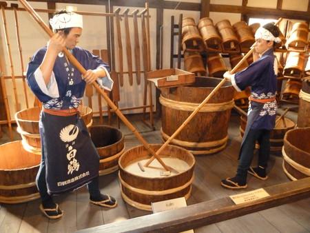 Посуда тоже специальная — бочки делаются из древесины криптомерии, которая очень почитается японцами