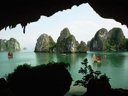 Бухта Халонг во Вьетнаме – острова, изумрудная вода и дракон — фото 9