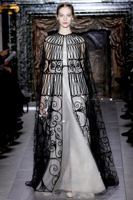Как птичка в красивой клетке… Платье украшено вышитыми птичками и скрыто полупрозрачной накидкой