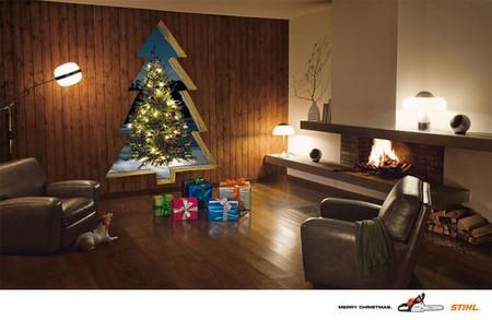 А если елки нет, подарки можно сложить к дыре в форме елки