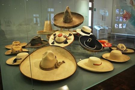 Собранные в одном из музеев разновидности сомбреро