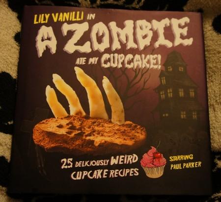 """Это — одна из ее книг с рецептами. """"Зомби съел мой кекс"""" называется ))"""