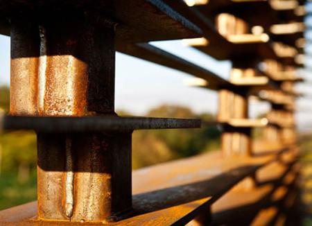 Столбики и пластины сцеплены в строгом порядке