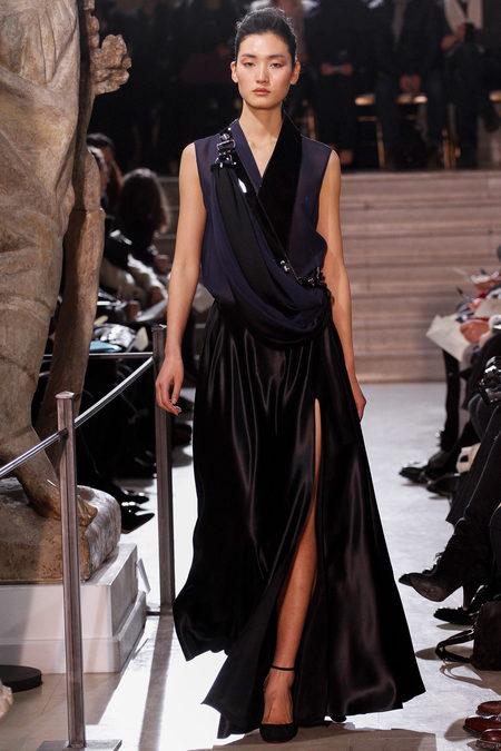 Ремни и элементы смокинга в вечернем платье — и строго, и игриво, и ультраженственно
