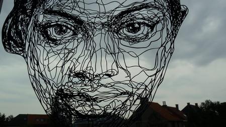 Это — рисунок на окне в комнате Криса, лицо на фоне бельгийского неба, серый цвет для которого — самый привычный )