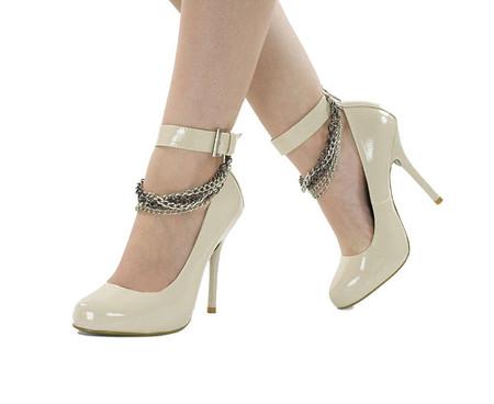 Вот так — не хорошо. Туфли в идеале должны быть чуть темнее кожи, или в тон.